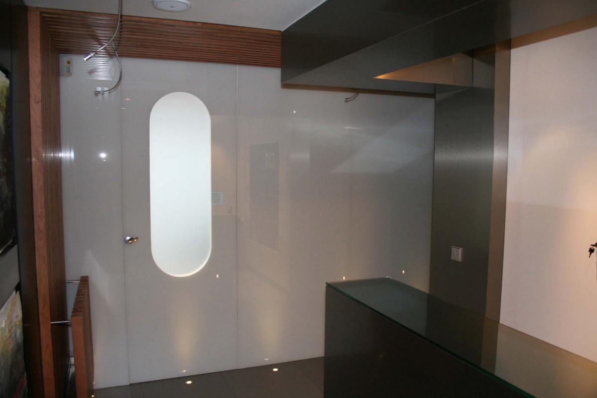 Actuación sobre blanco y madera, que aporta luminosidad, amplitud y cercanía.